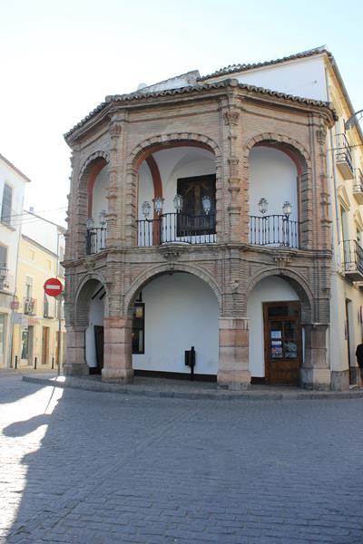capilla-tribuna-cruz-blanca-1_400x600